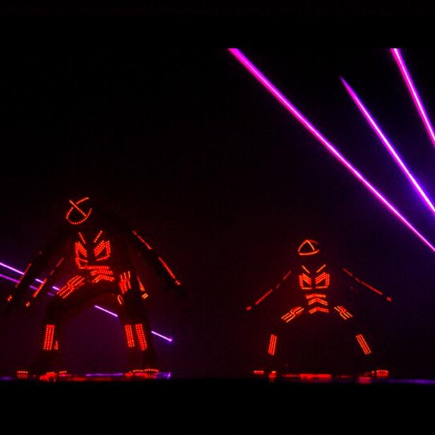 Led ışıklı kostümler ile dans performansı